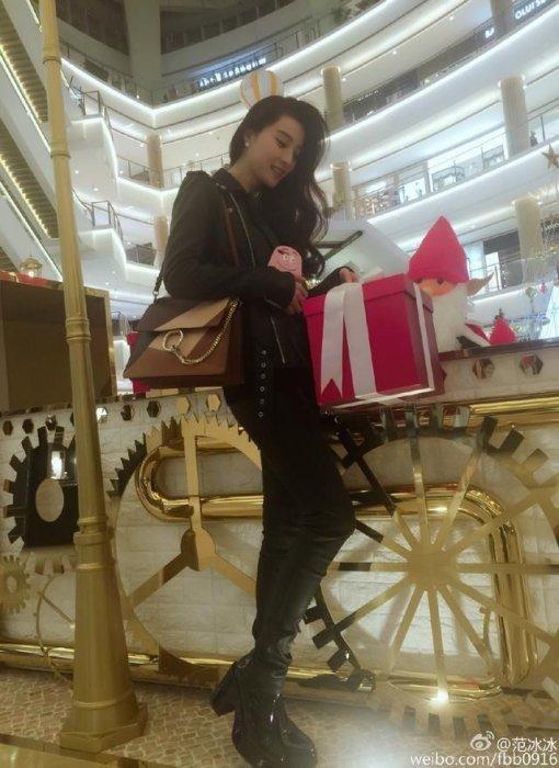 范冰冰商場嗮禮物,像李晨送的,網友直呼這也太早了