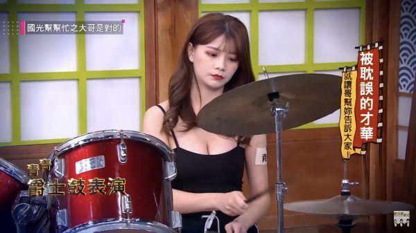 西門町路邊老闆娘竟是管樂團美女!「打鼓+超豪乳波狂震」被播出...觀眾秒暴動
