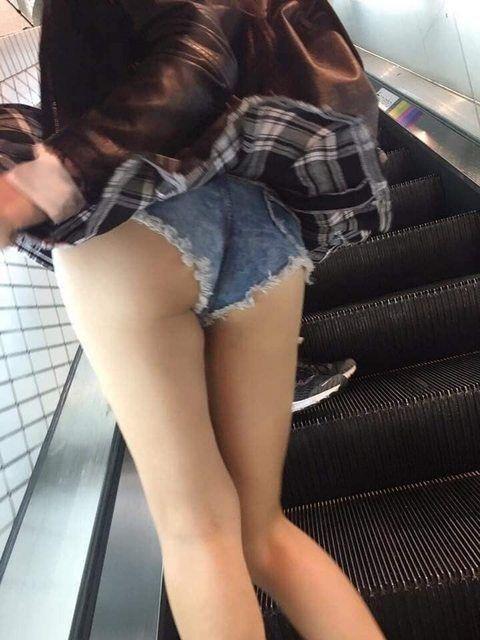 正妹為何都愛穿熱褲?背殺妹包不住「屁股蛋彈出」整路狂晃...男路人狂盯全in了!
