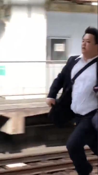 驚見JK猛追逃跑癡漢!日男潛規則「有沒有做都要先跑」原因大驚:某些女生超恐怖..(影)