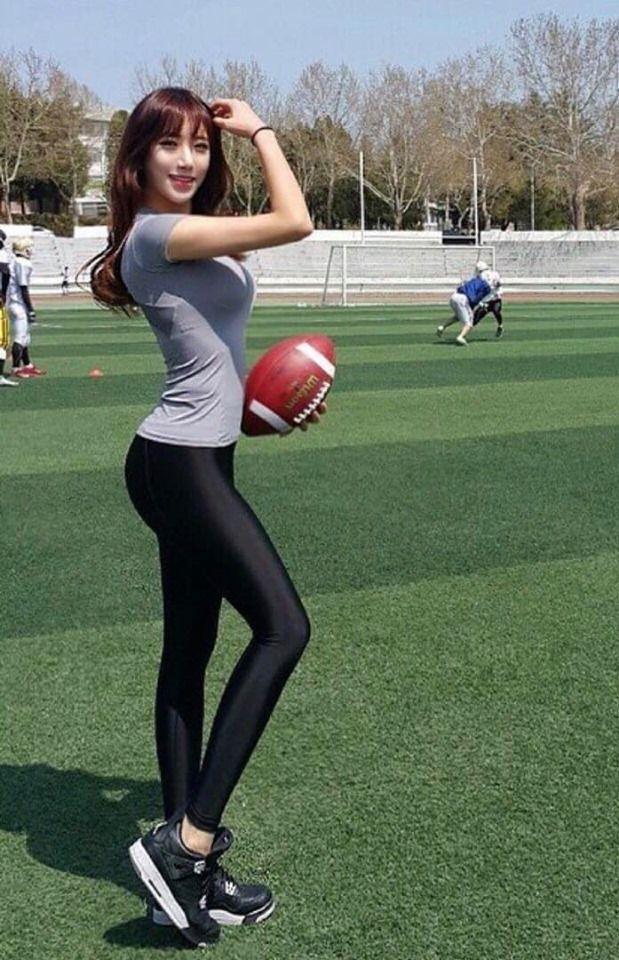 這樣的體育老師你還敢翹課嗎?運動裝下「超巨奶奶+性感翹臀」一覽無遺:老師打球囉!