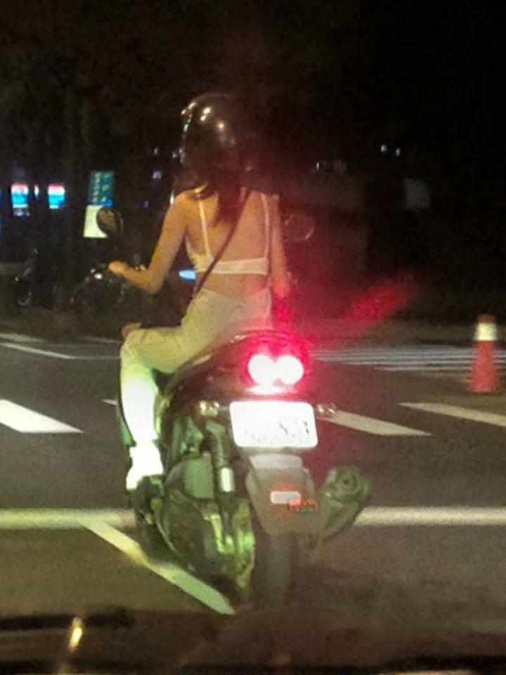 深夜趕去加油…驚見台妹騎大B「太危險兇到OO」穿著!IN整路不敢超車:前面也大B?